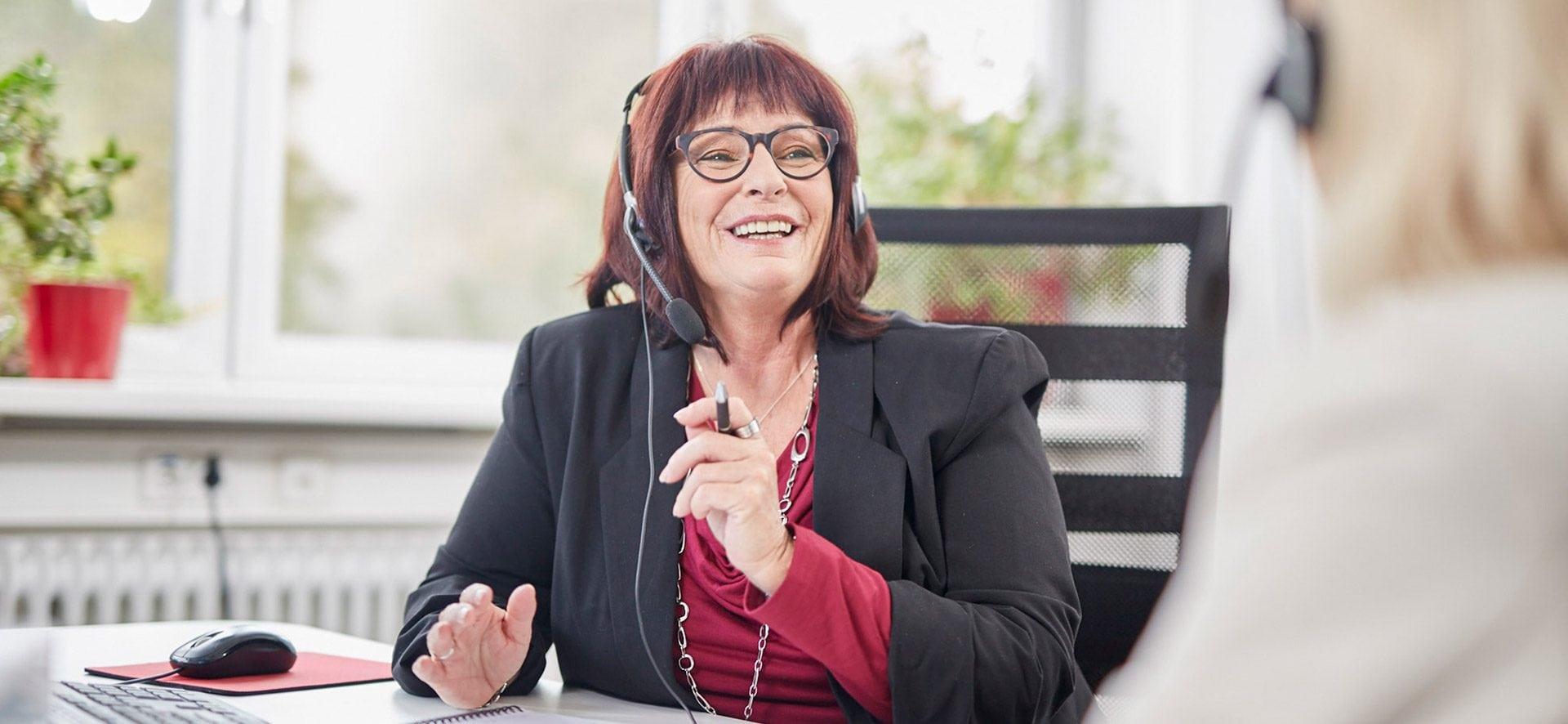 Kunden Akquise Frau Headset lacht